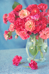 Obraz na Szklebright bouquet of a beautiful tea roses in a vase