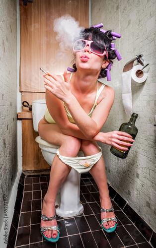 Keuken foto achterwand Bestsellers Girl sits in a toilet