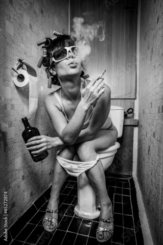 Poster Bestsellers Girl sits in a toilet