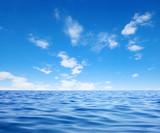 Ocean i błękitne niebo