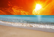 mar azul con el cielo dorado del amanecer