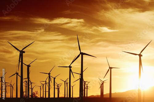 turbiny-wiatrowe-o-zachodzie-s