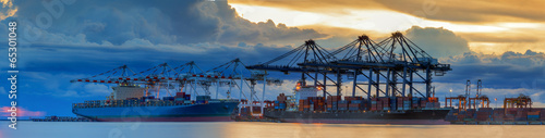 Fotografía  Container Cargo freight ship with working crane loading