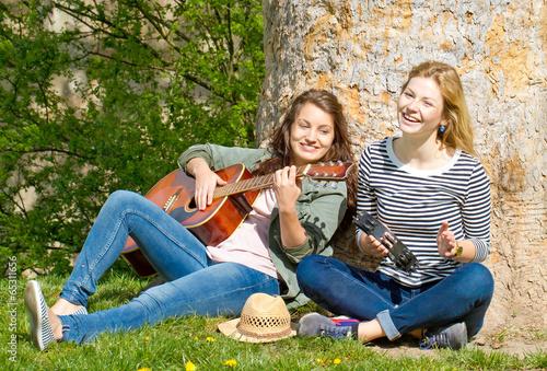 Two girls making musik плакат