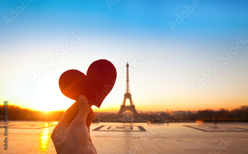 In de dag Parijs heart in hands, romantic vacations in Paris