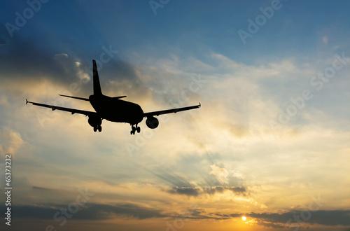 piekny-widok-sylwetki-samolotu