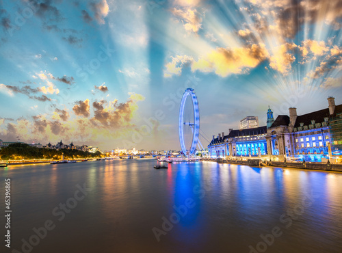 Fototapeta London skyline along Thames and famous London Eye wheel on a won