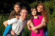 Leinwanddruck Bild - eine glueckliche Familie auf der Wiese