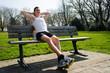 student sitzt auf einer parkbank und entspannt