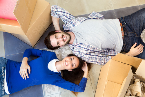 Fotografia, Obraz  Young couple moving in new home