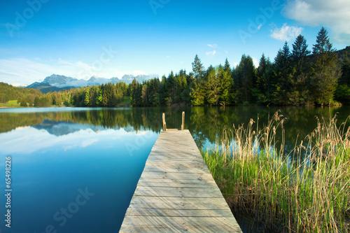 Górskie jezioro z alpejskim widokiem