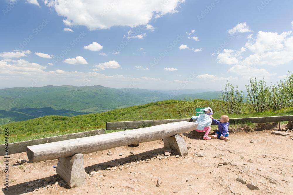 Fototapeta Górski pejzaż, dzieci na szczycie Małej Rawki