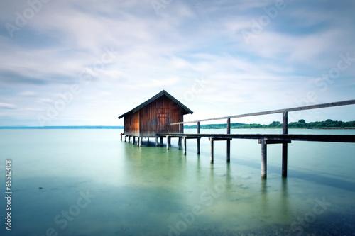 rustykalna przystań nad jeziorem