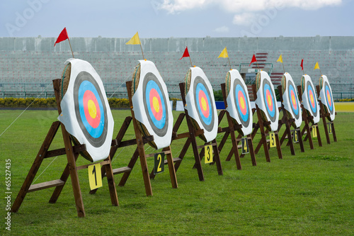 Series of archery clear targets in green field Fototapete