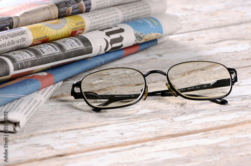 Foto  Glasses with the newspaper