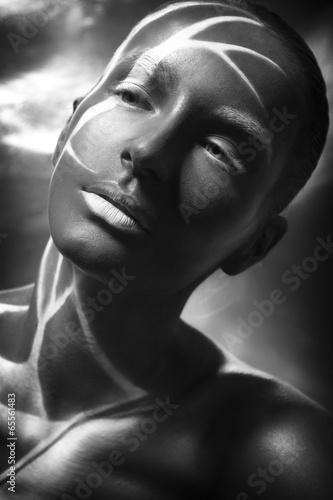 piekny-afroamerykanski-mlody-model-brunetka-z-makijazem
