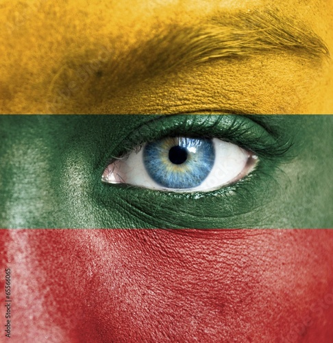 Poster de jardin Doux monstres Human face painted with flag of Lithuania