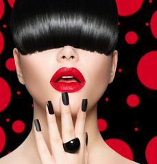 Fototapeta Do fryzjera Model Girl Portrait with Trendy Hairstyle, Makeup and Manicure