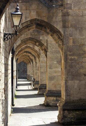 stara-brama-w-katedrze-w-winchesterze