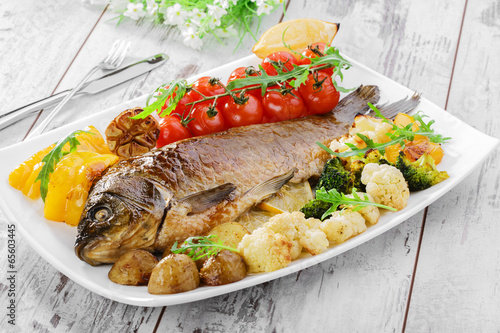 Foto op Plexiglas Vis baked fish with vegetables