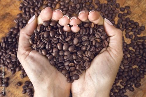 Poster Café en grains Heart shaped coffee beans,handheld.