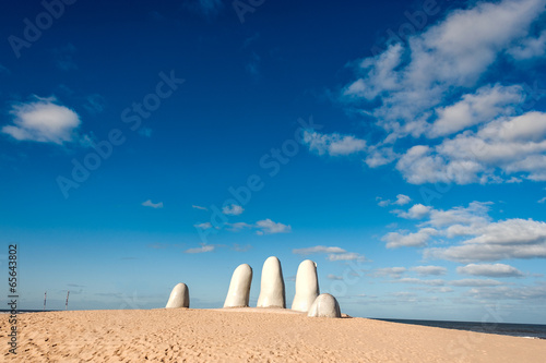 Photo sur Plexiglas Zen pierres a sable Hand Sculpture, the symbol of Punta del Este, Uruguay