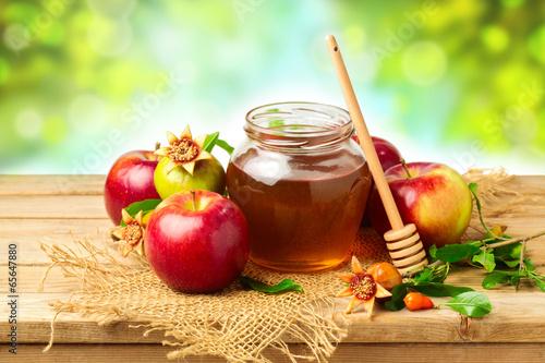 miod-jablko-i-granat-na-drewnianym-stole