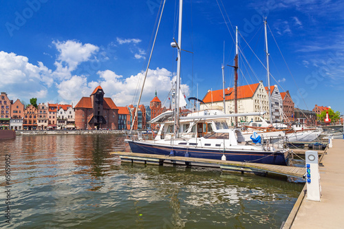 sredniowieczny-portowy-zuraw-nad-motlawa-w-gdansku-polska