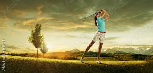 kobieta-golfistka-uderzajaca-pileczke