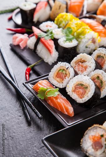 pyszne-kawalki-sushi-podawane-na-czarnym-kamieniu