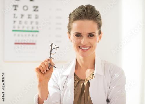 Fotografía  Happy ophthalmologist doctor woman with eyeglasses