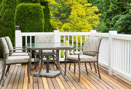 Fotografía  Outdoor Furniture on Cedar Wood Patio during nice day