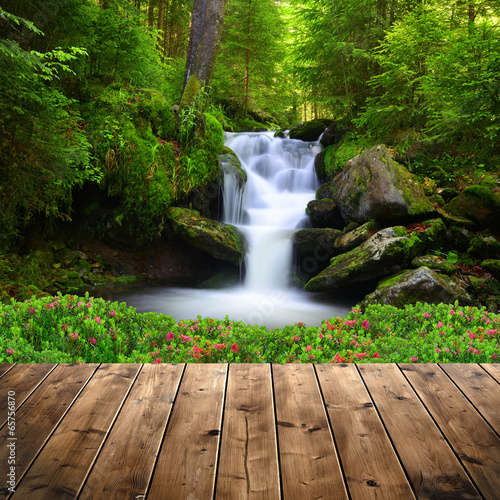 Montage in der Fensternische Wasserfalle Beautiful waterfall in green forest