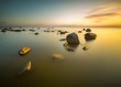 Morskie kamienie oświetlone wschodzącym słońcem