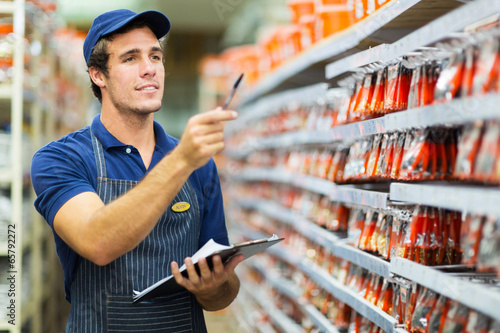 Fotografia hardware store worker counting stock