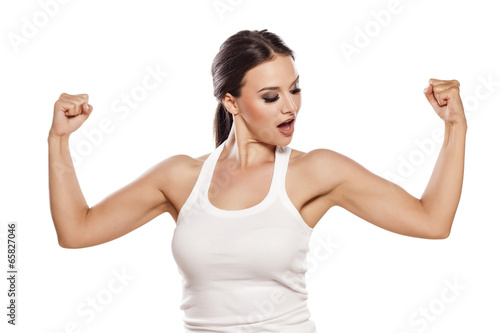 Foto  pretty young woman showing her beautiful arms