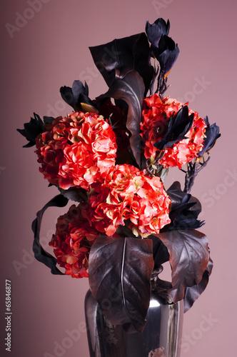 bukiet-czerwonych-hortensji-i-granatowych-magnolii-w-wazonie