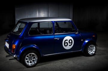 Ikonski plavi Mini Cooper na parkiralištu