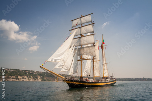 Keuken foto achterwand Schip Old ship with white sales, sailing in the sea
