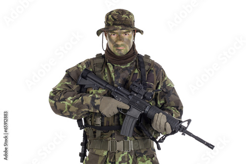 Fotografía  Soldier in camouflage and modern weapon M4.