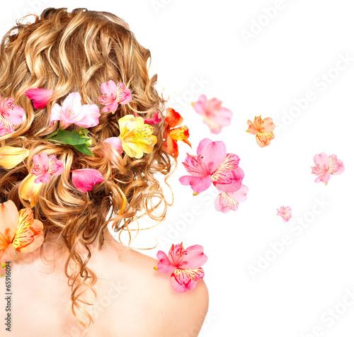 Naklejka premium Fryzura z kolorowymi kwiatami. Koncepcja pielęgnacji włosów. Widok od tyłu