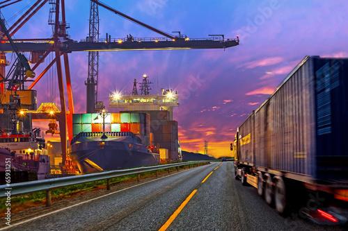 Fotografía Camión contenedor de transporte en el camino hacia el puerto.