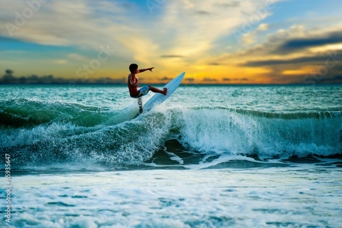 Photo  Athletic surfer with board