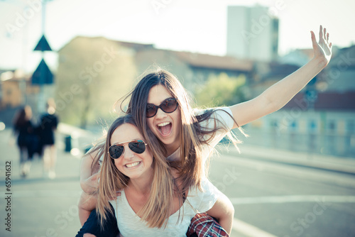 Fotografia  two beautiful young women having fun