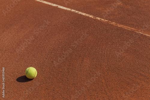 Obraz na plátně  tennis ball next to line