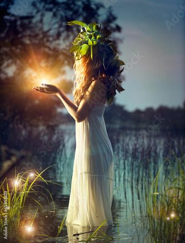 dziewczyna-fantasy-biorac-magiczne-swiatlo-tajemnicza-noc