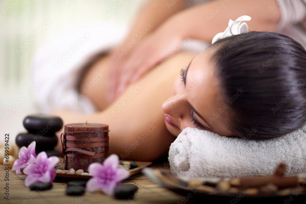 Fotografía  Mujer hermosa que tiene un masaje de espalda de bienestar