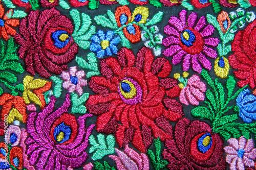 wielokolorowy-kwiatowy-haft-reczny