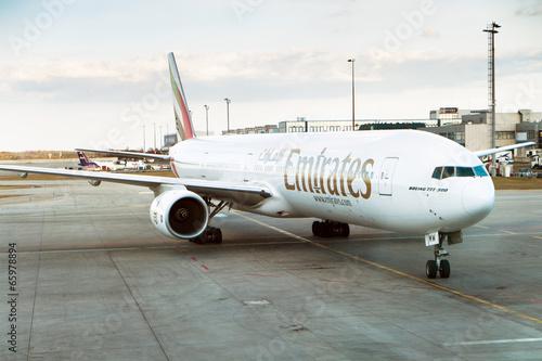 Papel de parede  Boeing 777-300 Emirates on the airport, Prague