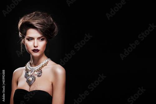 Fotografía  beautiful woman with perfect makeup wearing jewelry